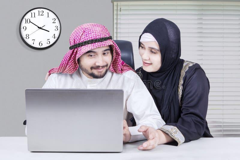 Arabische Geschäftspaare, die zusammen sitzen stockfotos