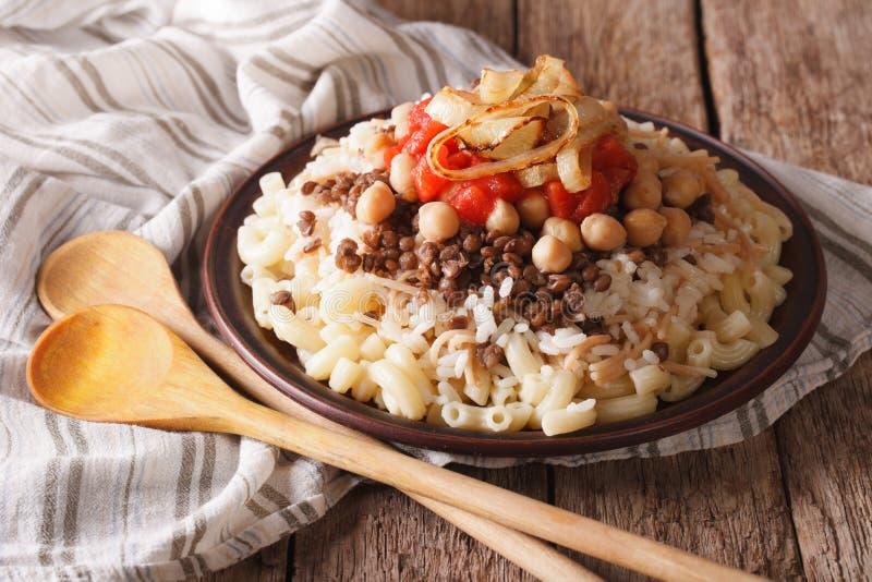 Arabische Küche: kushari des Reises, der Teigwaren, der Kichererbsen und des Linsencl lizenzfreie stockfotografie