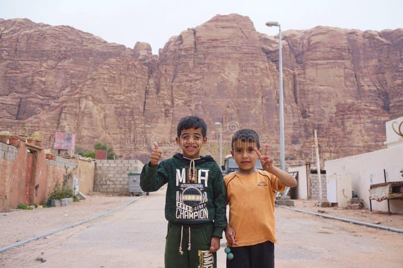 Arabische Kinder, die Frieden und Liebe wellenartig bewegen stockfoto