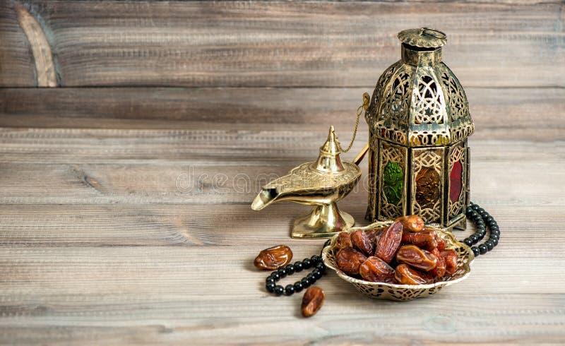 Arabische lantaarn, datarozentuin Islamitisch vakantieconcept royalty-vrije stock afbeelding