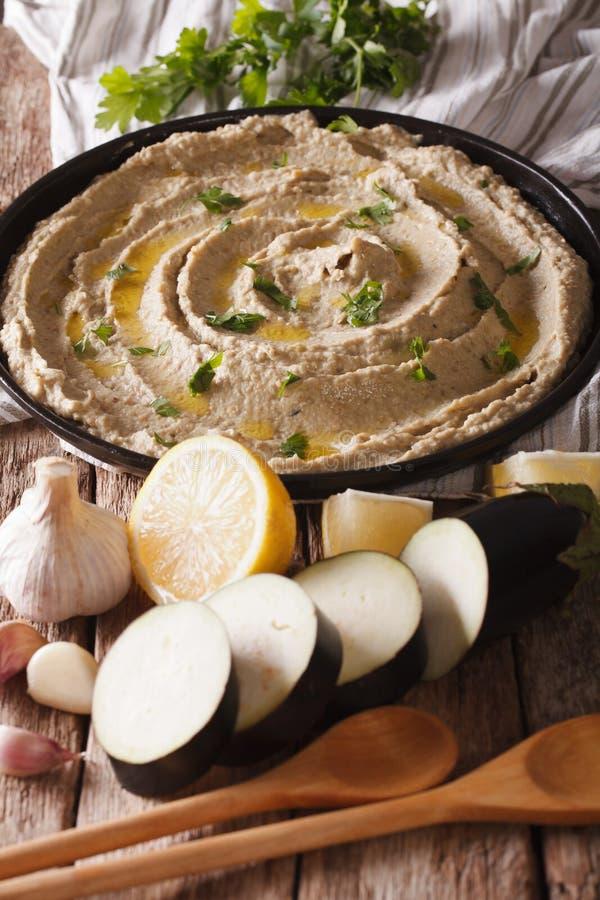 Arabische Lebensmittelkuchen ghanoush Nahaufnahme auf der Platte und den Bestandteilen stockfoto