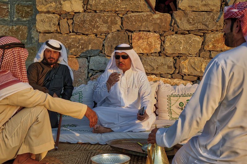 Arabische Männer, die Kaffee trinken stockbild
