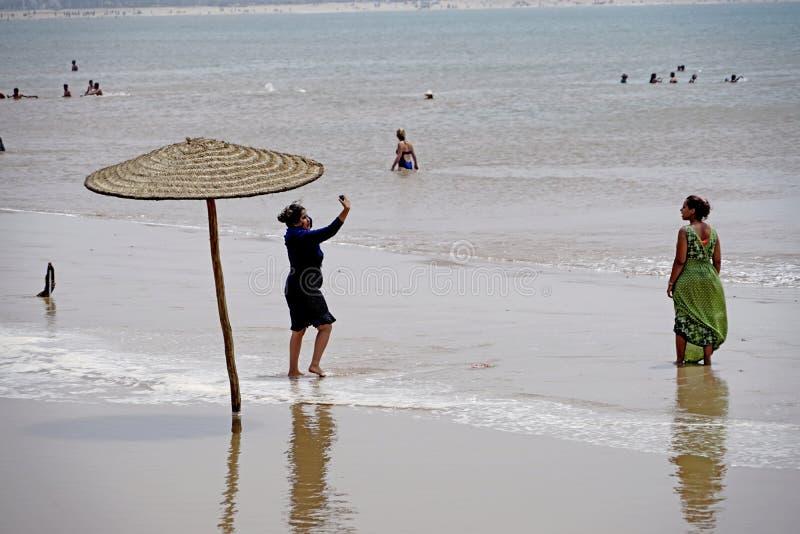 Arabische meisjes bij het strand in Essaouira royalty-vrije stock fotografie
