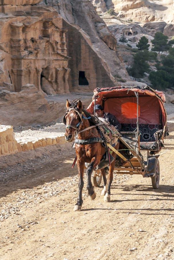 Arabische mens die een vervoer drijven stock fotografie
