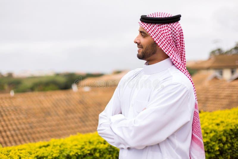 Arabische mens die weg kijken royalty-vrije stock fotografie