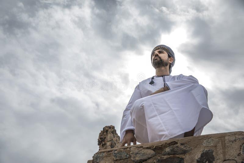 Arabische mens in traditionele omani uitrusting stock foto
