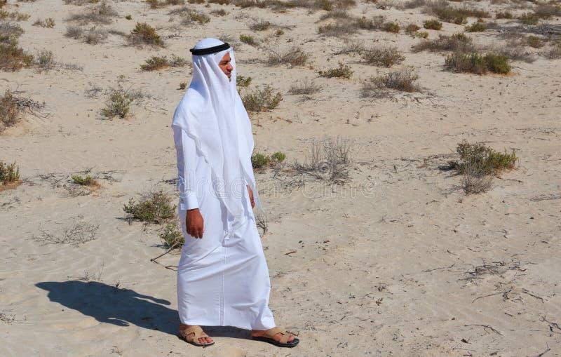 Arabische mens in woestijn royalty-vrije stock afbeeldingen