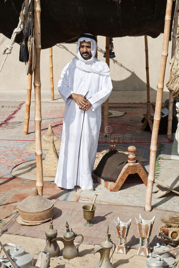 Arabische mensen verkopende herinneringen in Doubai stock afbeelding