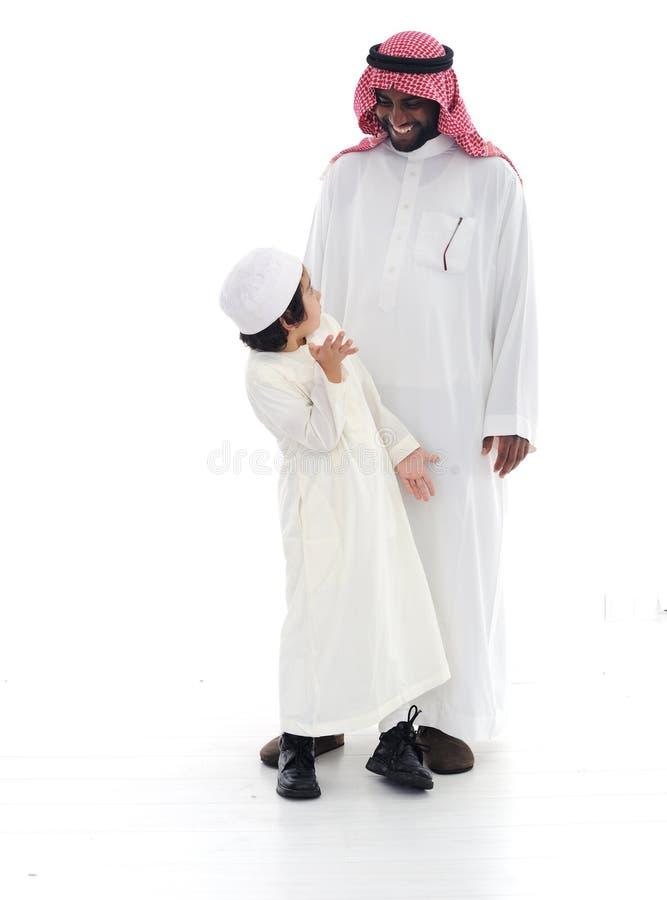 Arabische Moslimvader en zoon royalty-vrije stock afbeeldingen