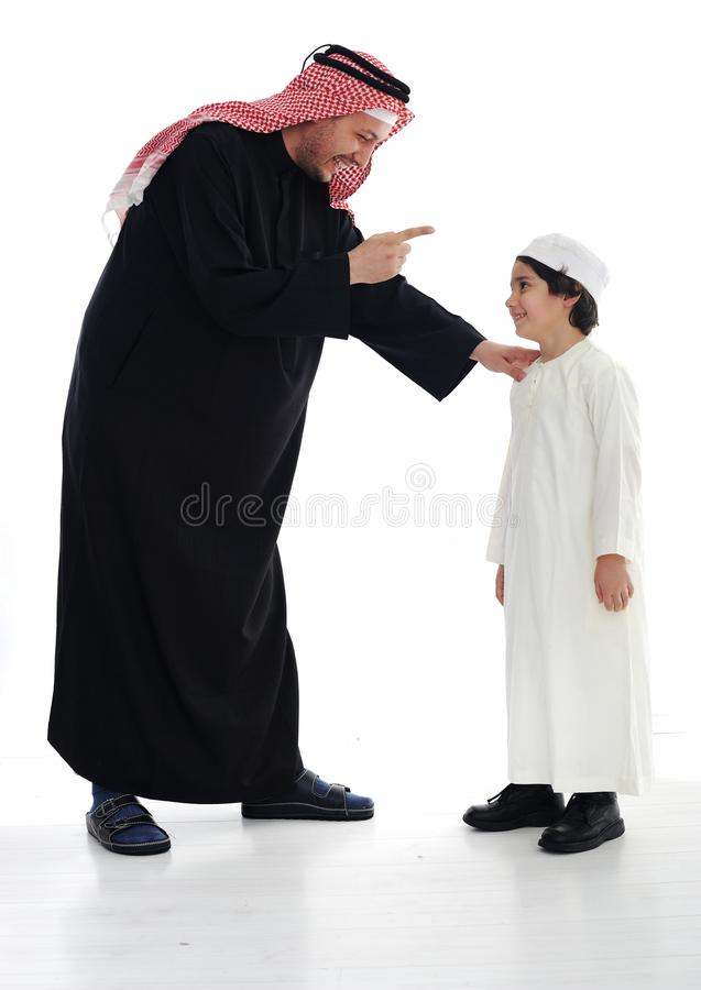 Arabische Moslimvader en zoon royalty-vrije stock fotografie