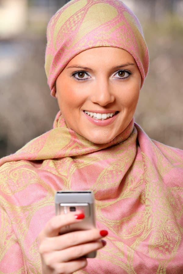 Arabische onderneemster met een celtelefoon stock afbeeldingen