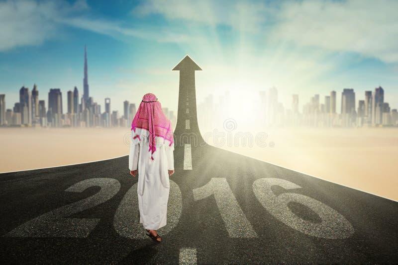 Arabische Person mit Pfeil und Nr. 2016 lizenzfreies stockfoto