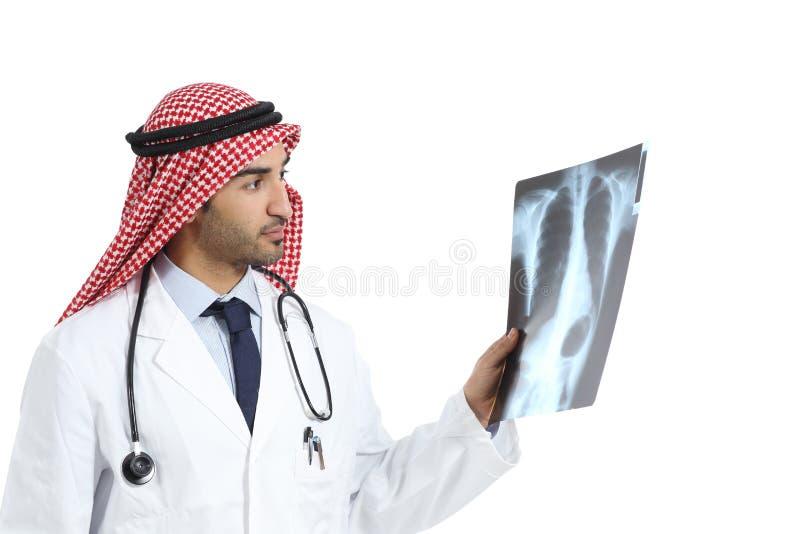 Arabische Saoedi-arabische de artsenmens die van emiraten radiografie het diagnostiseren kijken stock foto's