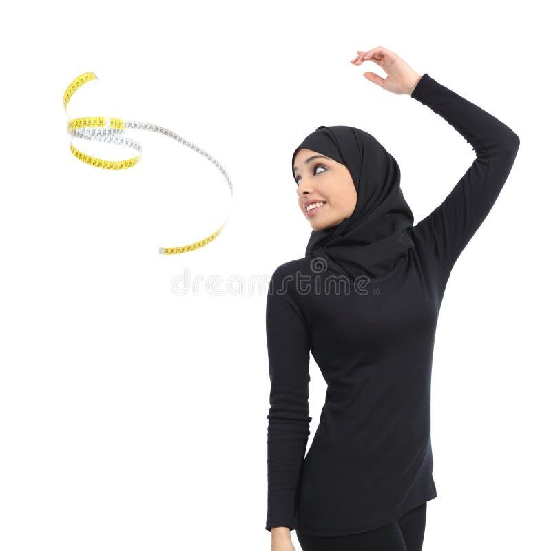 Arabische Saoedi-arabische geschiktheidsvrouw die een maatregelenband werpen royalty-vrije stock afbeeldingen