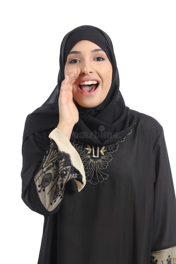 Arabische saudische Emiratfrau, die mit der Hand auf Mund schreit lizenzfreies stockfoto