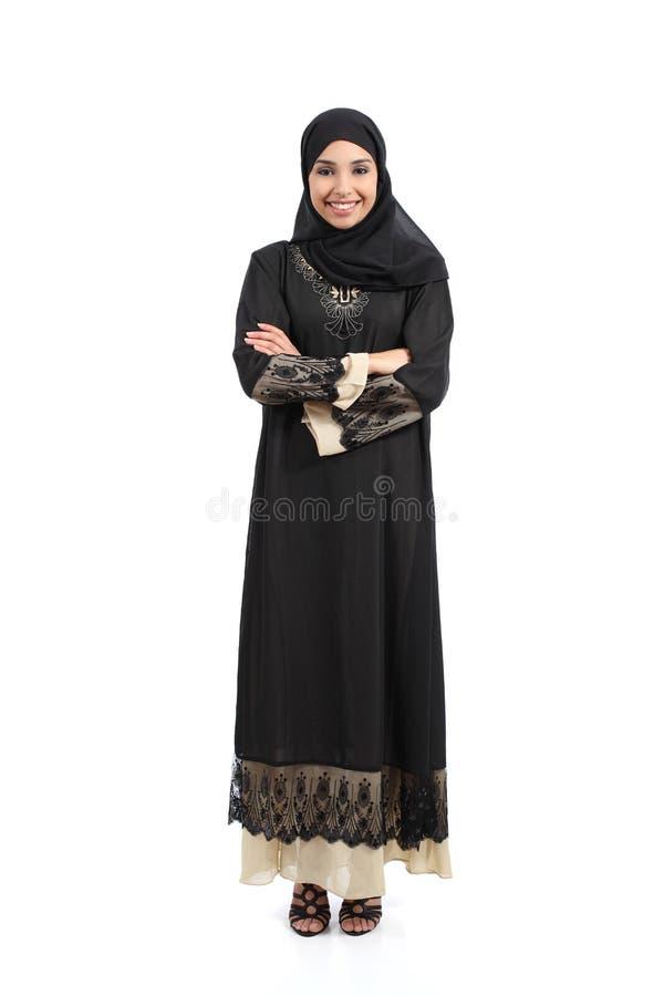 Arabische saudische Frau, welche die Stellung glücklich aufwirft stockfotos