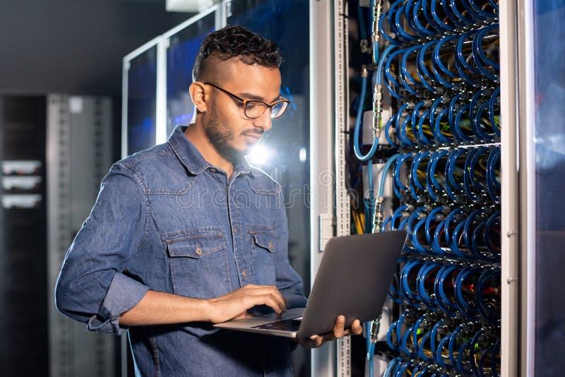 Arabische serveringenieur die laptop met behulp van stock afbeelding