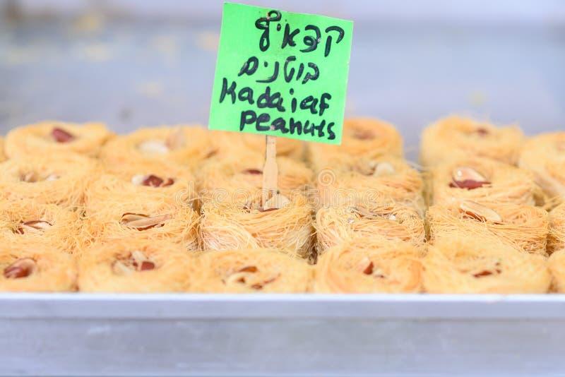Arabische snoepjes in de markt stock foto