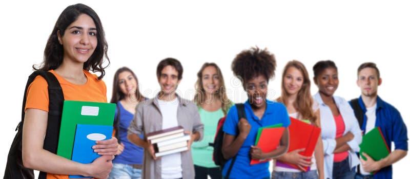 Arabische Studentin mit Gruppe internationalen Studenten stockbilder