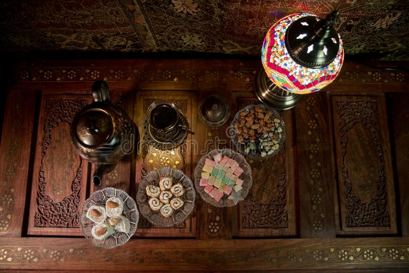 Arabische thee in glas met oostelijke snacks op uitstekende houten oppervlakte Oostelijk theeconcept Het binnenland van de laag l royalty-vrije stock fotografie