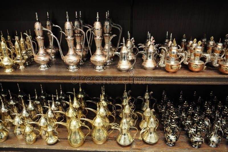 Arabische Theepotten voor verkoop in Doubai stock afbeeldingen