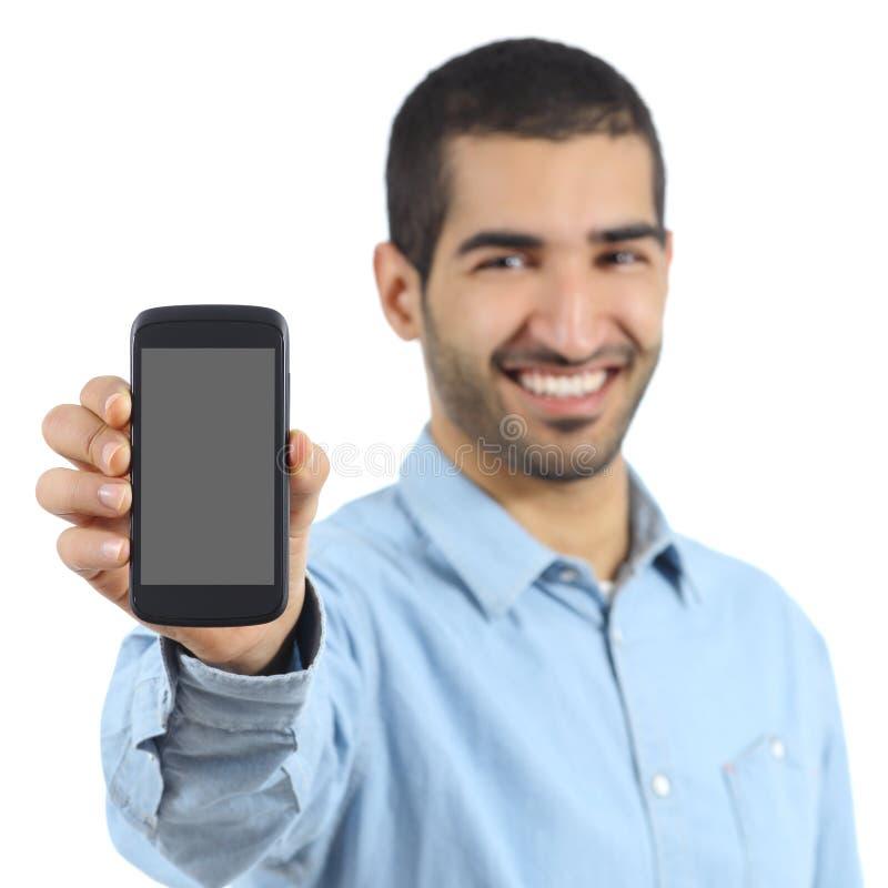 Arabische toevallige mens die een mobiele telefoontoepassing tonen stock afbeeldingen