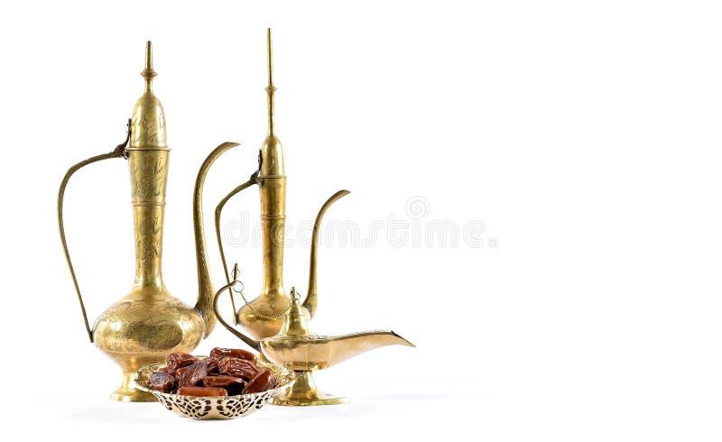 Arabische traditionelle Laternentopftellerdattelfrüchte lizenzfreies stockfoto