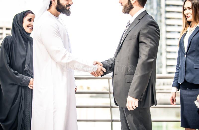 Arabische und Westgeschäftsleute stockfotografie