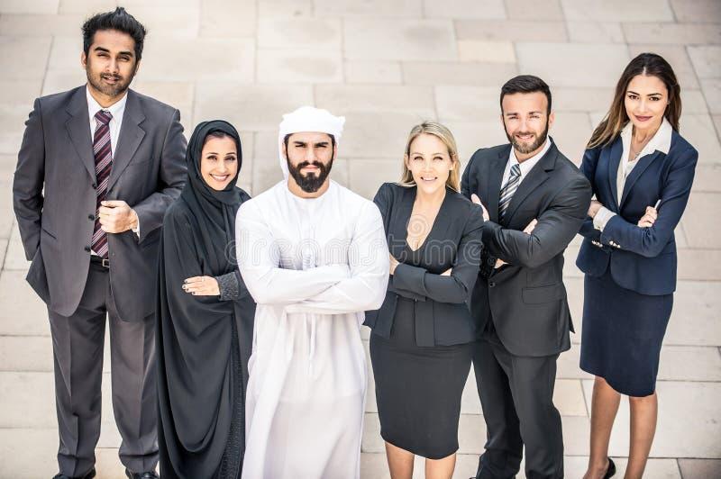 Arabische und Westgeschäftsleute stockbild
