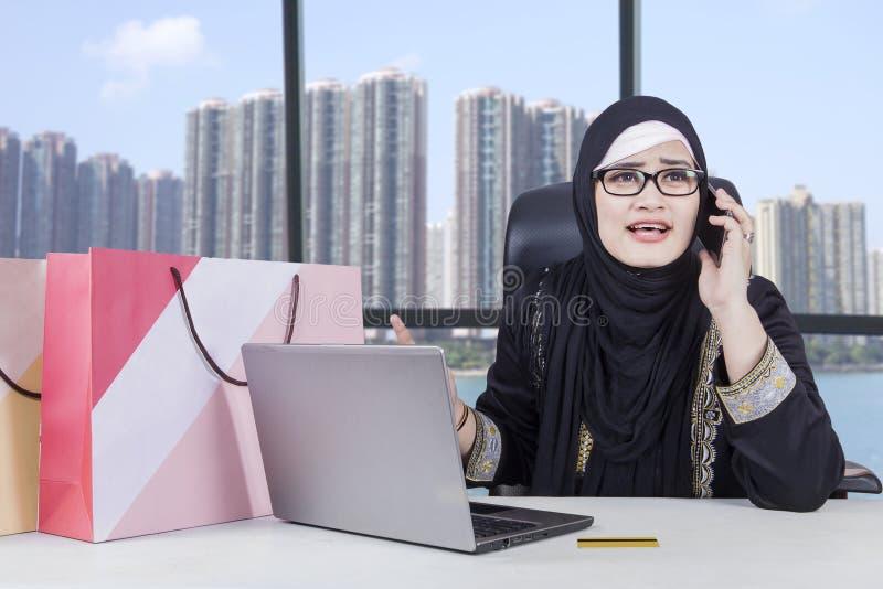 Arabische vrouw boos na online het winkelen stock afbeeldingen