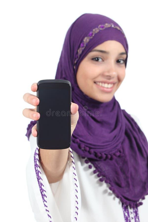 Arabische vrouw die een hijab dragen die het leeg smartphonescherm tonen stock afbeelding