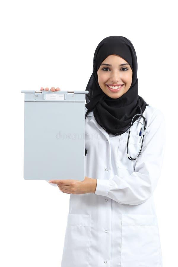 Arabische vrouw die een lege medische geschiedenisomslag toont stock fotografie