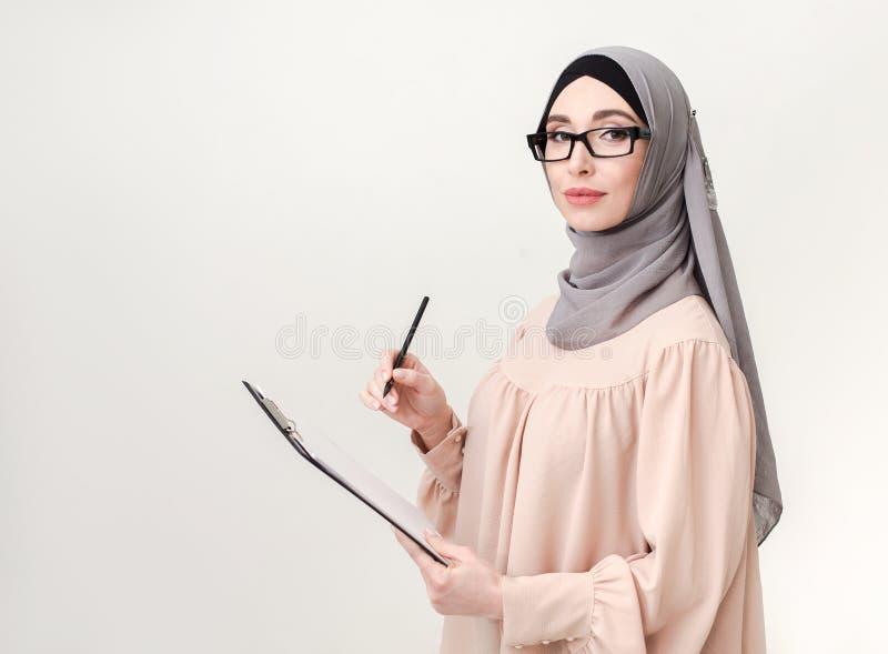 Arabische vrouw die onderzoek doen stock fotografie