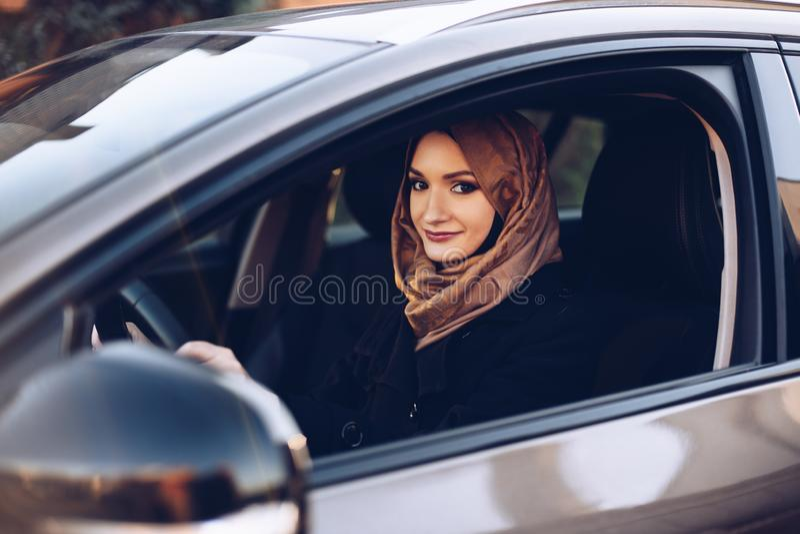 Arabische vrouw in hijab die een auto drijven royalty-vrije stock afbeeldingen