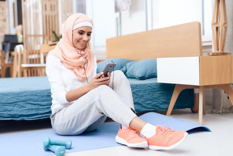 Arabische vrouw in hijabrust na gymnastiek royalty-vrije stock afbeelding