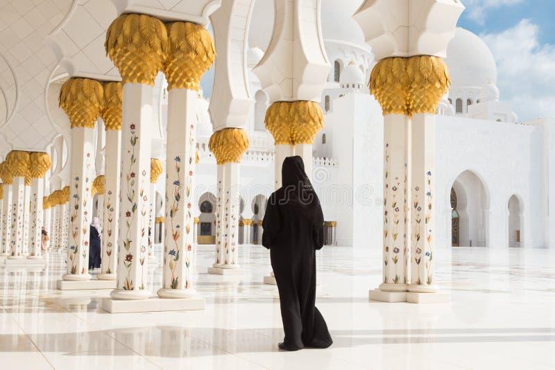 Arabische vrouw in zwarte burka in Sheikh Zayed Grand Mosque, Abu Dhabi, de V.A.E royalty-vrije stock foto's