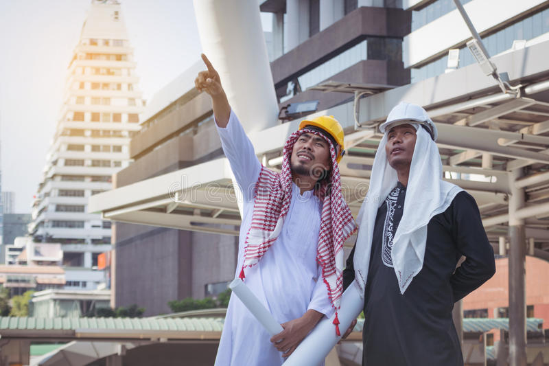 Arabische zakenliedenarbeider op bouwwerf royalty-vrije stock fotografie