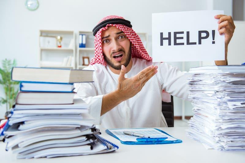 Arabische zakenman die in het bureau werken die administratie met pi doen stock foto's