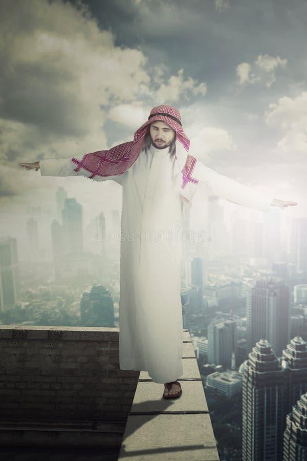 Arabische zakenman die op het dak lopen stock fotografie