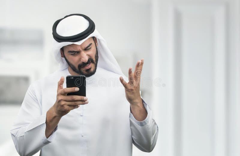 Arabische Zakenman die woede op de telefoon uitdrukken royalty-vrije stock foto