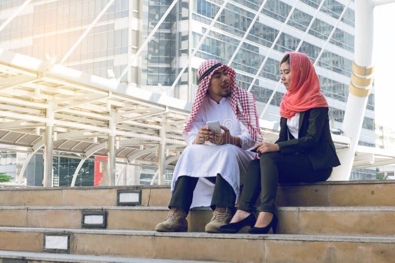 Arabische Zakenman en Onderneemster die mededeling gebruiken technolog royalty-vrije stock afbeelding