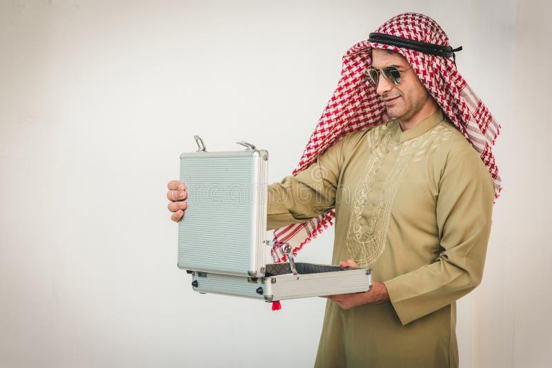 Arabische zakenman het openen koffer stock fotografie