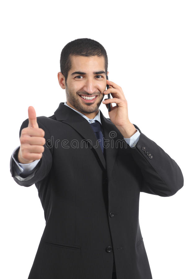 Arabische zakenman op de mobiele telefoon met omhoog duim royalty-vrije stock foto
