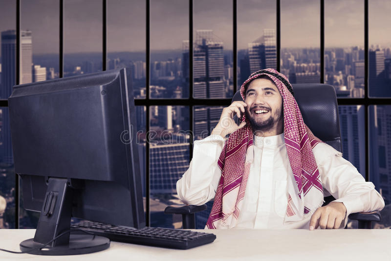Arabische zakenmanbesprekingen op smartphone stock fotografie