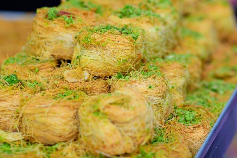 Arabische zoete Kadayif-baklava met pistache stock foto