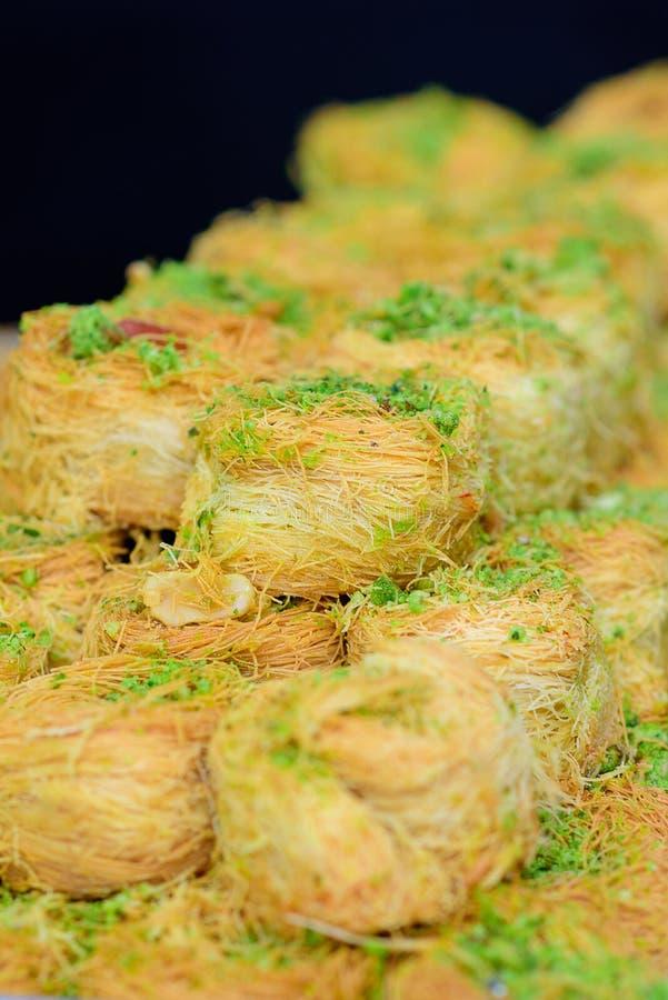 Arabische zoete Kadayif-baklava met pistache stock afbeeldingen