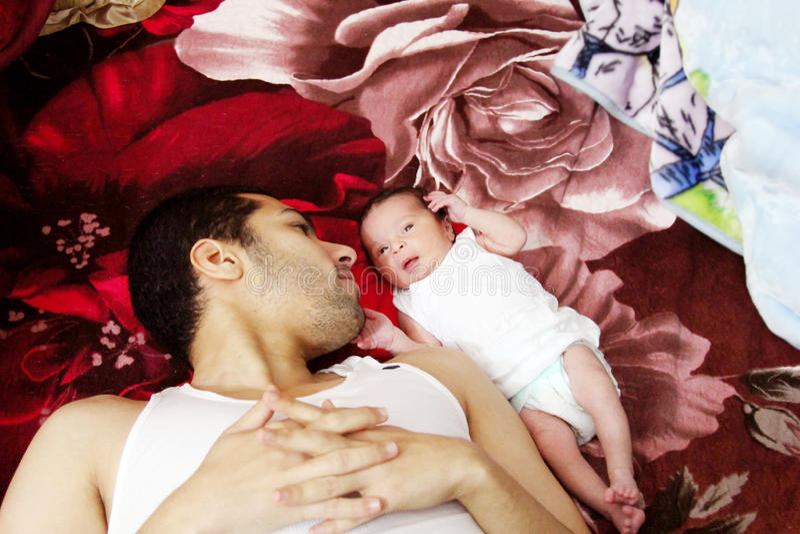 Arabischer ägyptischer Mann mit seinem neugeborenen Baby lizenzfreie stockbilder
