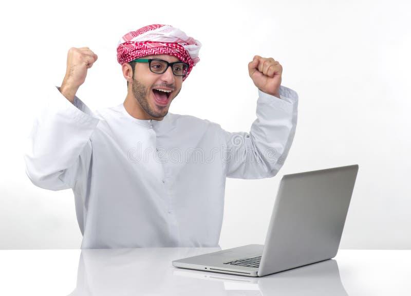Arabischer aufgeregter Geschäftsmann, der Erfolg ausdrückt lizenzfreies stockbild