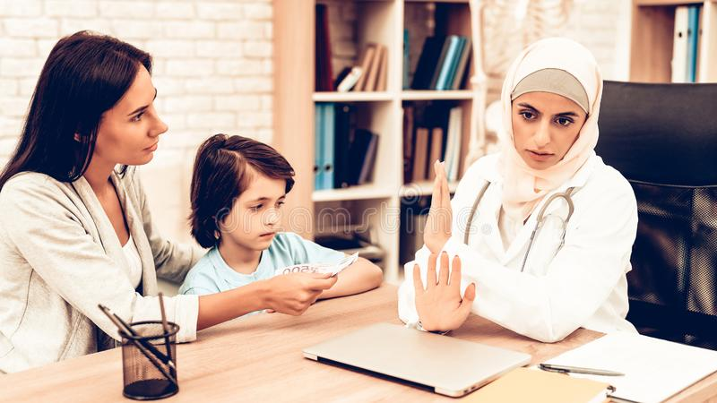 Arabischer Doktor Refusing Bribes oder Blitzreaktionen, Geld stockfotos