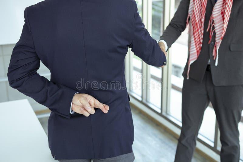 Arabischer Geschäftsmann, der Hand mit Lügenzeichen rüttelt stockbild
